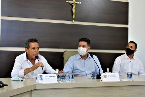 O prefeito Ary Mattos (à esq.) discursa ao lado do chefe da Casa Civil:
