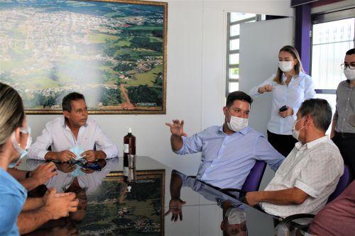 O prefeito Ary Mattos (à esq.) conversa com o chefe da Casa Civil, Guto Silva (centro), na sala de reuniões da Prefeitura.