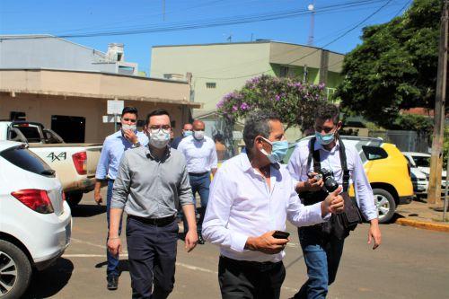 O prefeito Ary Mattos (à frente) guia a comitiva do chefe da Casa Civil até a Câmara de Ortigueira.