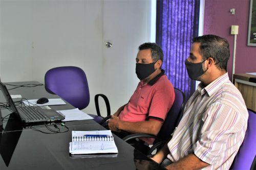 O prefeito Ary Mattos e o vice Gilson Vinutti durante assembleia virtual para consórcio de vacinas