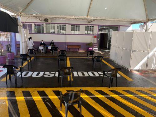 Interior da tenda Covid-19: capacidade para até 12 pacientes na fila de espera