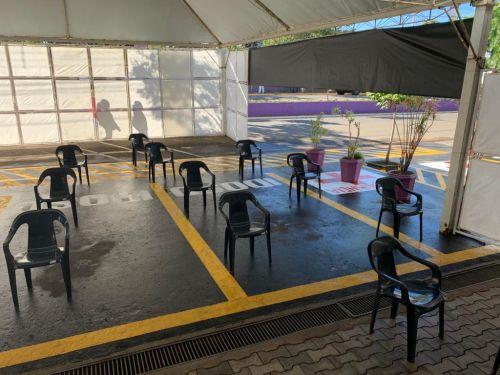 No fundo da Tenda, mesas para duas triagens simultâneas de pacientes
