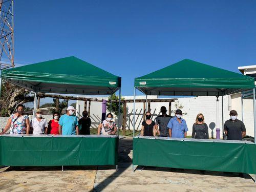 Prefeita Lourdes Banach (segunda da dir. para a esq.) posa para fotos ao lado de feirantes do município