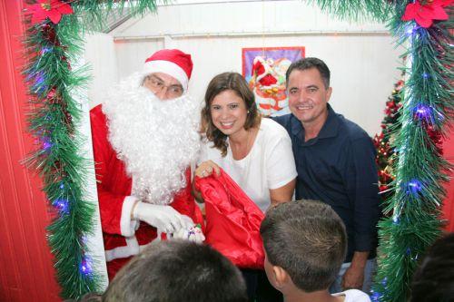 Papai Noel com a primeira-dama Rose Barbosa e o prefeito Val Dantas