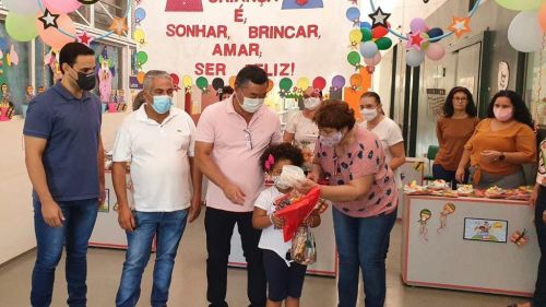 Alunos da rede municipal de ensino de Mariápolis recebem kits de presentes no Dia das Crianças