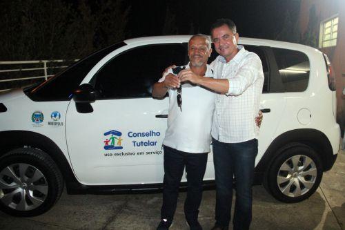 Presidente do COMDECA Sidney Bomfim recebe a chave do veículo, entregue pelo prefeito Val Dantas