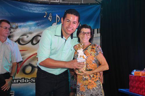 Vereador Alex entrega prêmio à mãe sorteada
