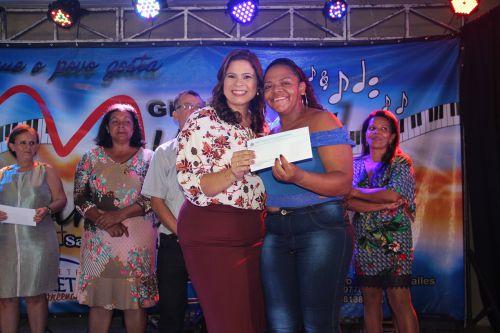 Primeira-dama Rose Barbosa entrega prêmio à mãe sorteada