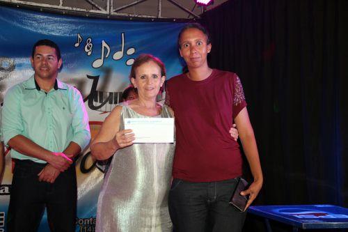Vice-prefeita Hermínia Jordão entrega prêmio à mãe sorteada