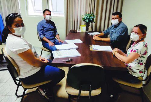 Prefeito Val Dantas em seu gabinete com a secretária de Saúde Juliana e os representantes da Usina Alto Alegre ? Fabiano Pardo e Vanessa Batista