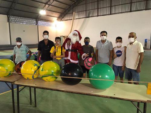 Equipes de voluntários com o Papai Noel e o prefeito Val Dantas