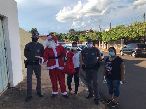 Papai Noel com a Polícia Militar e equipe de saúde