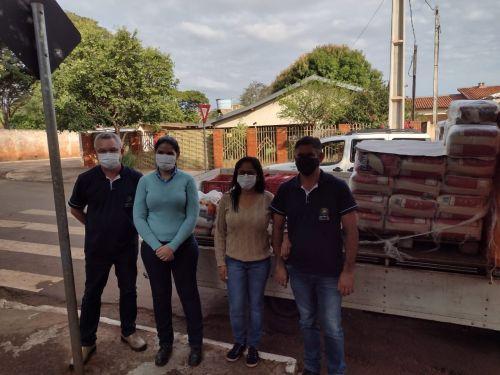A Empresa Companhia Melhoramentos Norte do Paraná Filial de Nova Londrina entrega 50 cestas básicas para Itaúna do Sul.