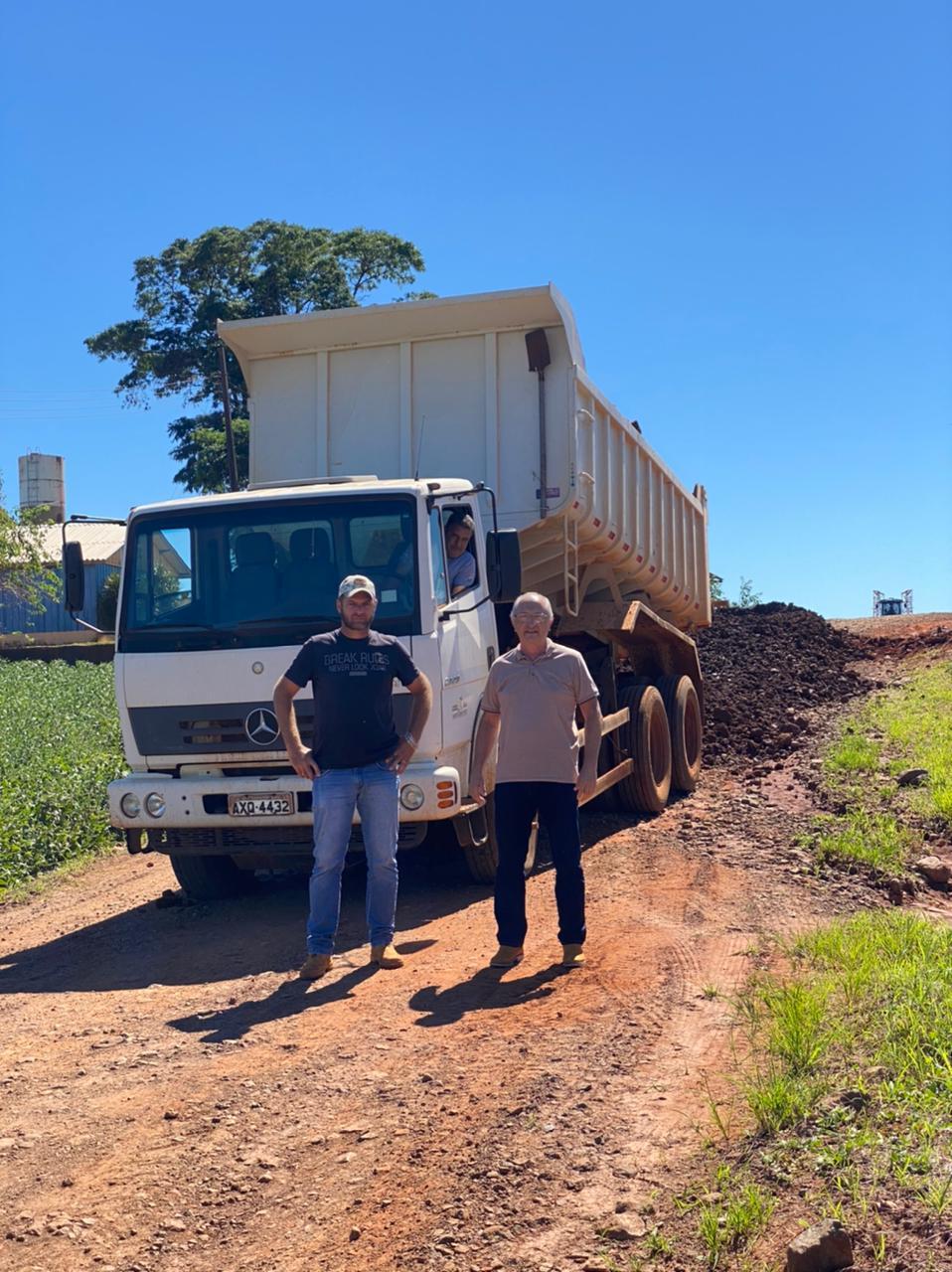 Depois da chuva vem as obras. O prefeito Aristeu Ceniz foi acompanhar as obras nas estradas rurais