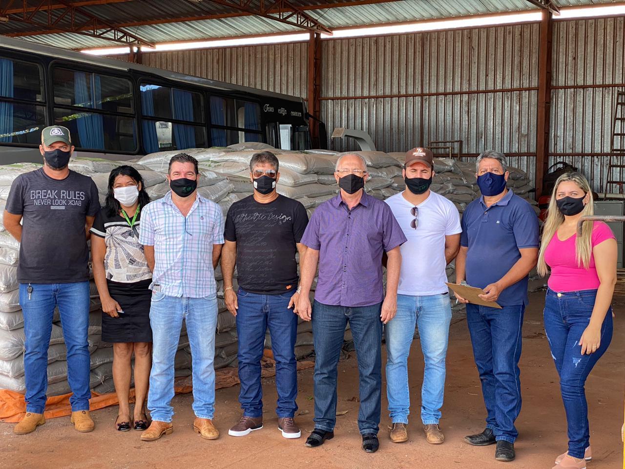 Prefeito Aristeu Ceniz entrega aos produtores da agricultura familiar 60 toneladas de Adubo Fosfato Superfosfato Simples