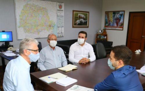 A viagem está sendo proveitosa; O prefeito Aristeu Ceniz, em Curitiba comemora conquistas
