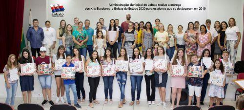 ENTREGA DOS KITS ESCOLARES E DAS BOLSAS DE ESTUDO AOS ALUNOS QUE SE DESTACARAM NO ANO LETIVO DE 2019