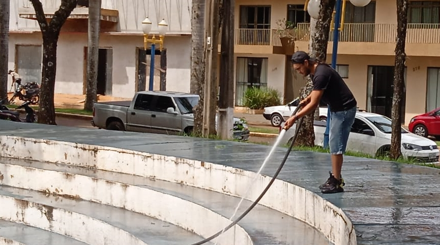 Equipes realizam limpeza em áreas esportivas de Mamborê