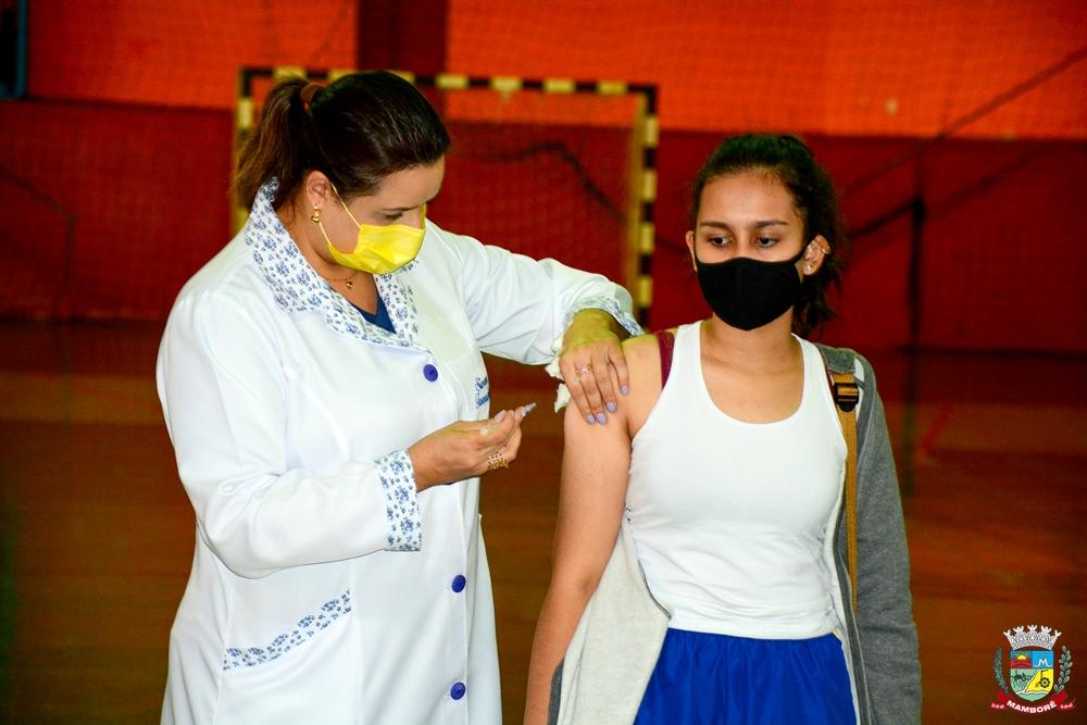 População acima de 18 anos é vacinada em Mamborê