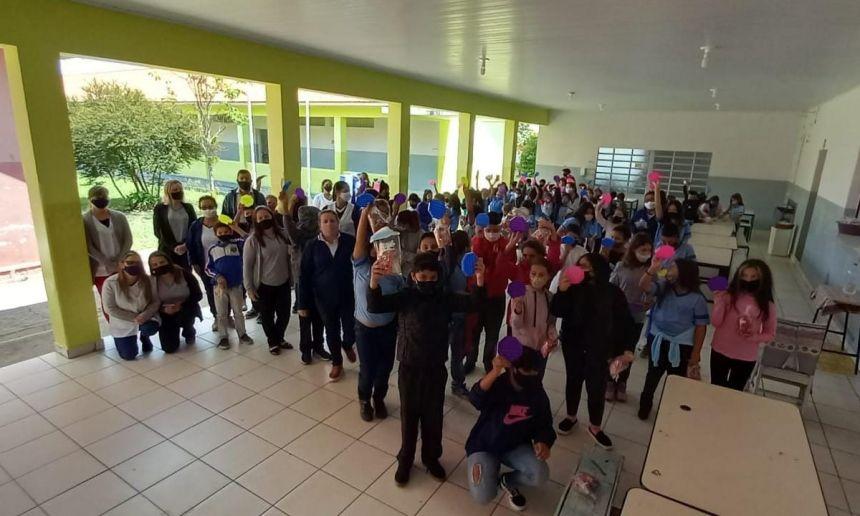 PREFEITO E SECRETARIA DE EDUCAÇÃO REALIZAM ENTREGA DE PRESENTES EM COMEMORAÇÃO AO DIA DAS CRIANÇAS.
