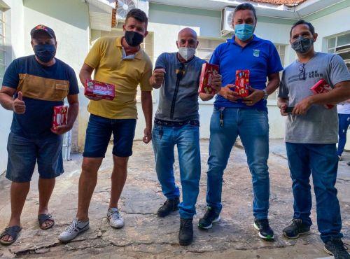 PREFEITURA REALIZA ENTREGA DE CAIXAS DE BOMBONS AOS SERVIDORES MUNICIPAIS.