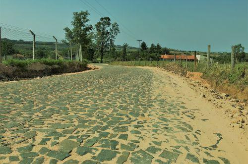 Calçamento Pedras Irregulares Estrada do Caça e Pesca