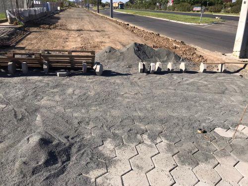 Pavimentação Lajotas Sextavadas da principal via de acesso ao bairro Green Vale