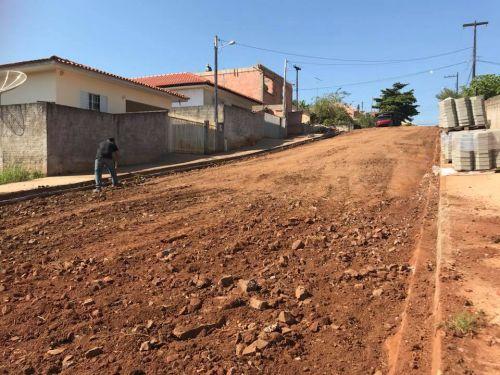 Calçamento com Lajotas Sextavadas e meio fio prolongamento das Ruas José Joaquim Correia e Cornélio Bagatim
