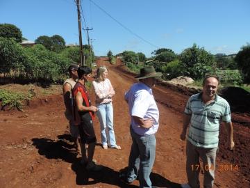 Prefeita e vereadores visitam ruas e estradas que estão sendo recuperadas com recursos próprios.