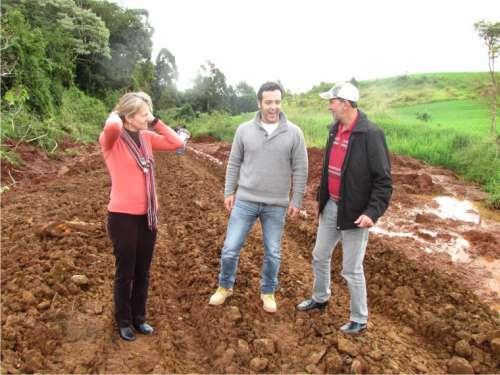 Prefeita Bete Camilo, Deputado Bernardo Carli e o Vereador Belmiro mostrando ao Deputado as condições das estradas após as chuvas.