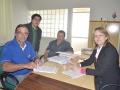 Roque Schimitz e Bete Camilo assinam contrato observado por Lucas Calleya e Moacir Comunello