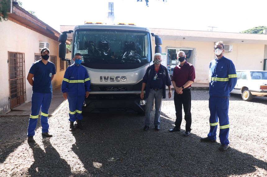 Fabricante realiza entrega técnica do veículo para troca de lâmpadas