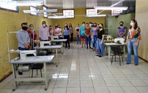 Prefeito visita curso de corte e costura gratuito implantado no município