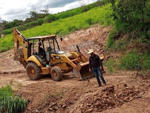 Prefeitura realiza trabalho intensivo para recuperação das estradas vicinais danificadas pelas fortes chuvas