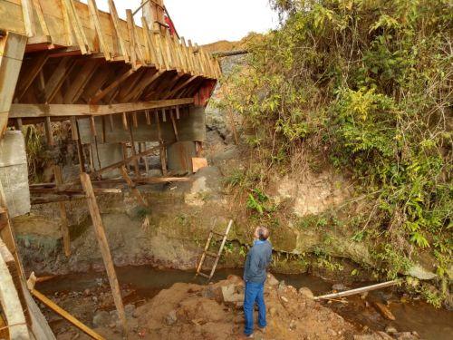 Prefeitura realiza concretagem da ponte sobre o córrego Marumbi
