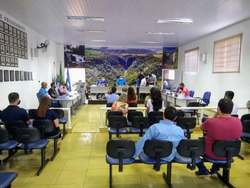 Prefeitura, vereadores e farmacêuticos discutem plantão de farmácias em Faxinal