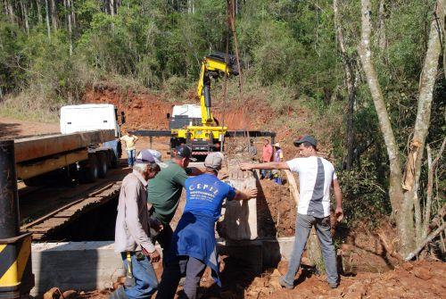 Prefeitura instala vigas de sustentação em nova ponte sobre o Rio Bufadeira do Cruzeiro