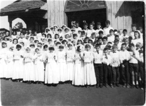 - Primeira eucaristia na Igreja de madeira. Foto: Maria Cavalhieri Montanha ? Década de 60.
