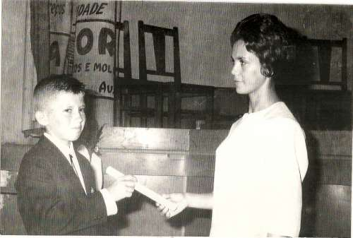 ? Entrega de certificado pela 1ª Diretora do Grupo Escolar Regente Feijó ? Dolores Garcia Catto ? 1962.