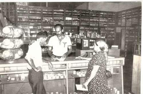 Farmácia Catto ? 1975 ? José Fernandes, Antônio Garutti Catto e Joana Fernandes.