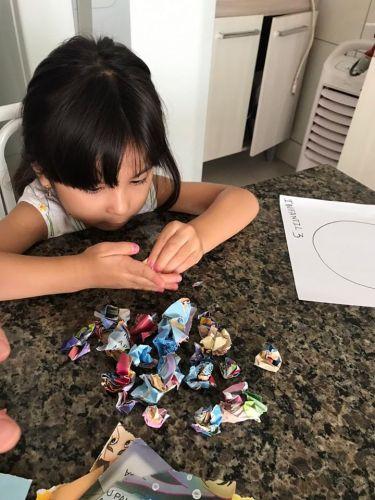 Escola adapta rotina de estudos em casa com auxílio de familiares