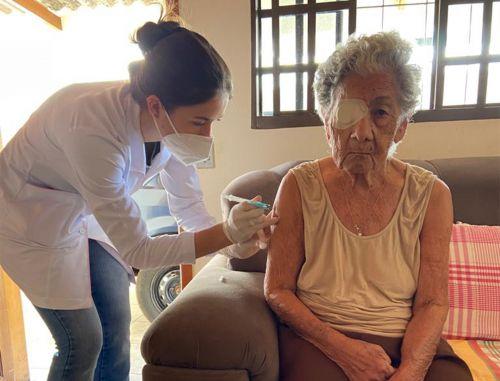 Idosa com 95 anos é a primeira imunizada na segunda fase de vacinação contra a Covid-19
