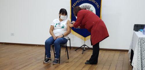 Começa vacinação contra covid-19 nos trabalhadores da educação