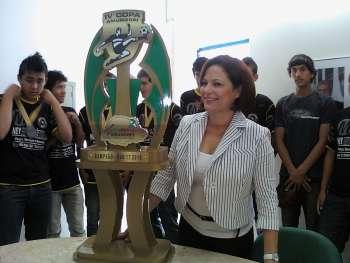 Atletas platinenses recebem o troféu pela conquista da IV Copa Amunorpi