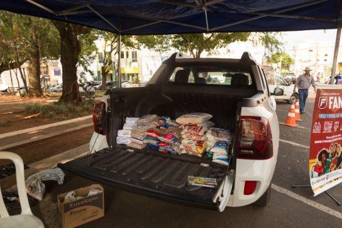 Drive Thru solidário arrecada mais de meia tonelada de alimentos