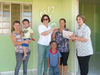 Prefeita entrega primeira casa do programa Santo Antônio da Platina Alfabetizado