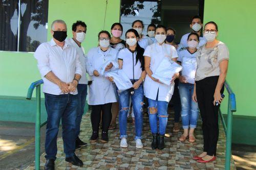 ENTREGA DE UNIFORMES AOS PROFISSIONAIS DE SAÚDE