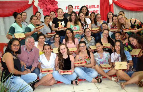 PROFESSORES E PROFISSIONAIS DA EDUCAÇÃO RECEBEM HOMENAGENS