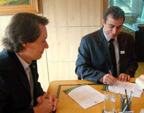 Prefeito de São Jorge e Presidente do Coripa Delei Nascimento entrega ao Governo do Estado o primeiro pedido de licenciamento ambiental por consórcio