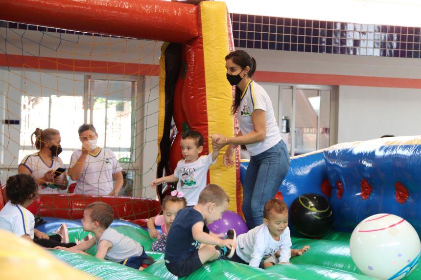 Escolas e Cmeis abrem Semana da Criança com brinquedos infláveis e muita alegria em Cafelândia